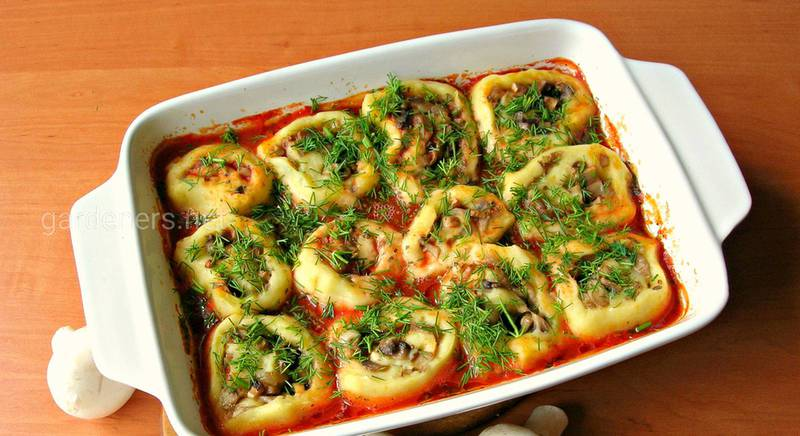Постный рецепт картофельных рулетиков с грибами, в томатном соусе