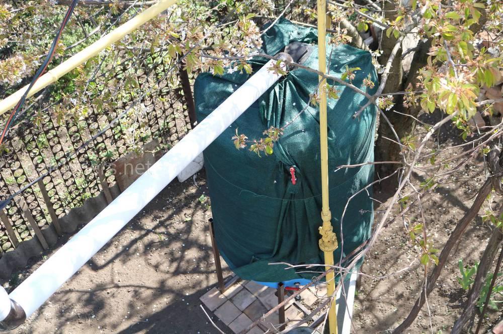 обязательно сливайте воду с крыш садовых построек