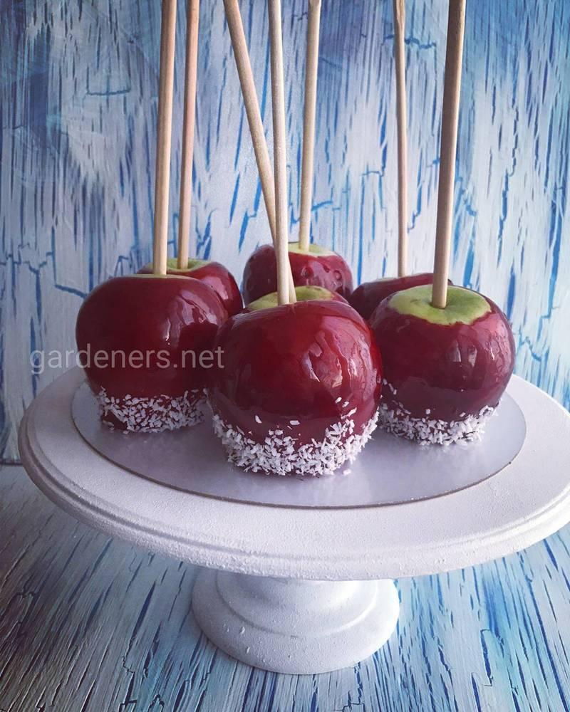 Целое яблоко в карамели