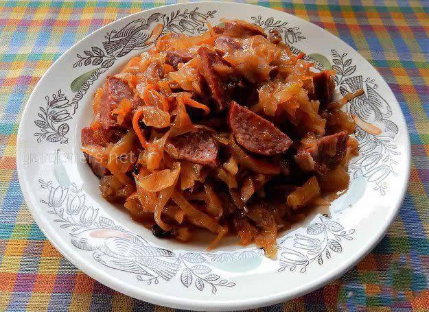 Жареная пекинская капуста с колбасой и томатами