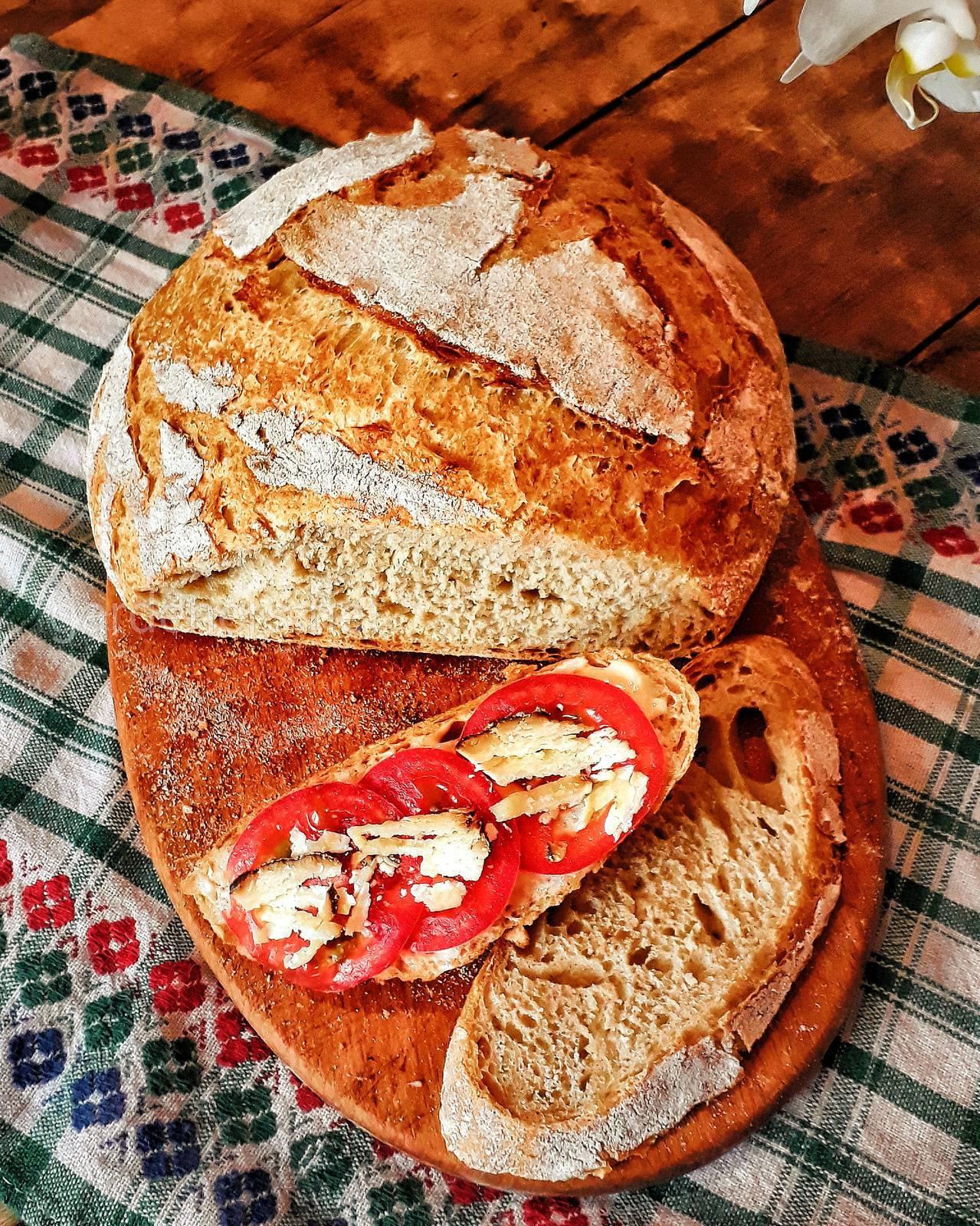 Домашний хлеб, брускетта с томатом и твёрдым сыром