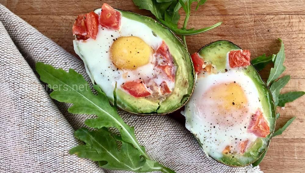 Изысканная закуска  яйцо в авокадо
