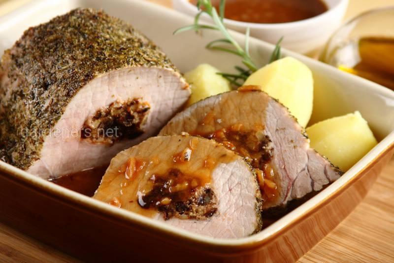 Свиная корейка с алычой в арахисовом соусе