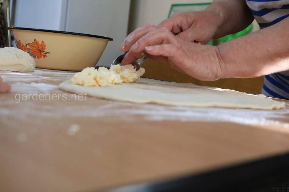 Заполните бортики сыром
