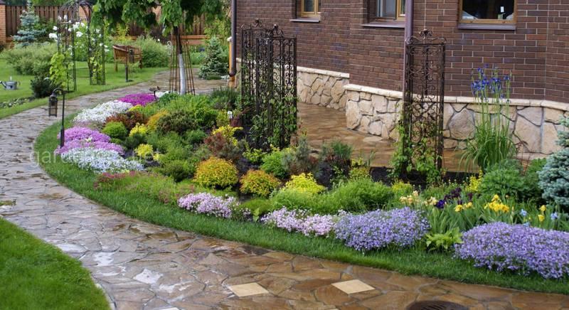 Чтобы дом утопал в зелени: особенности создания цветника вокруг фундамента