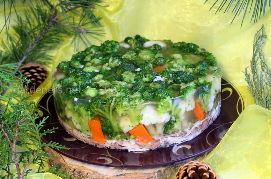 Заливная индейка с брокколи и морковью