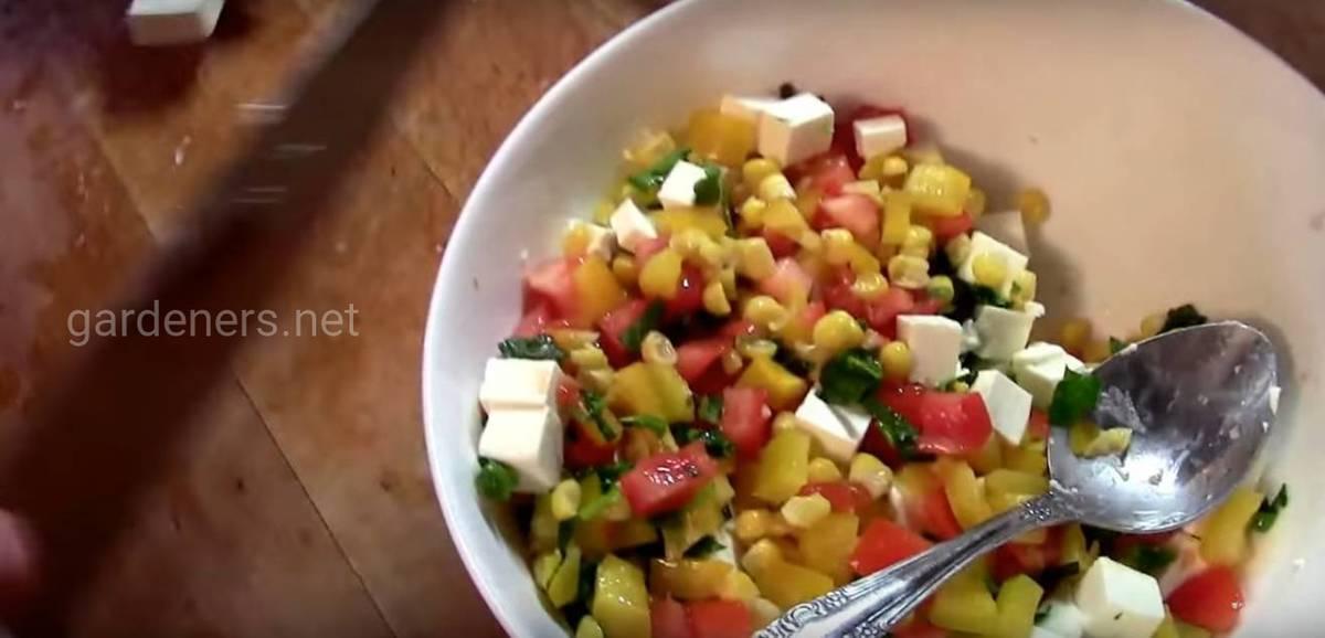 Сырно-кукурузный салат с томатами