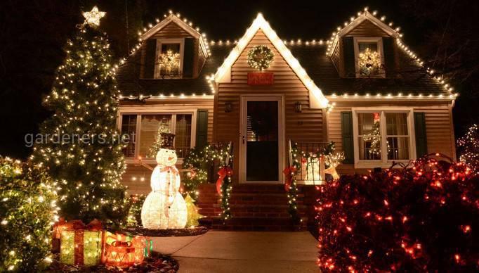 Праздничные украшения перед домом