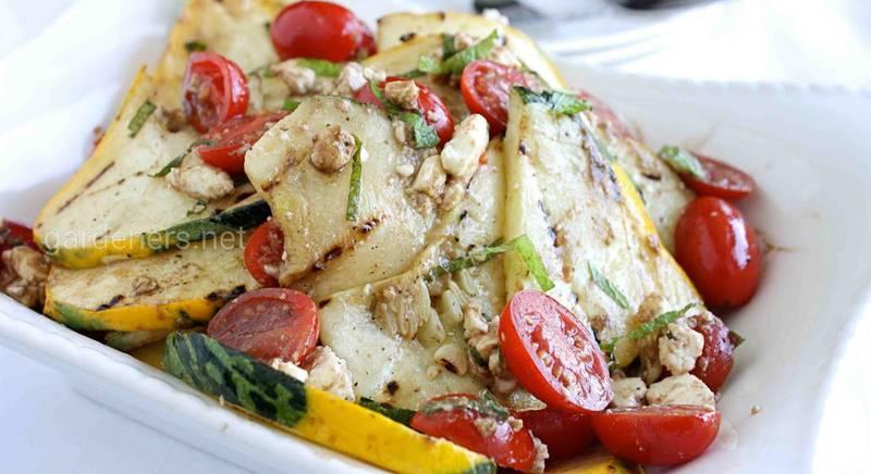 Корисний салат з куркою і грибами. Рецепт