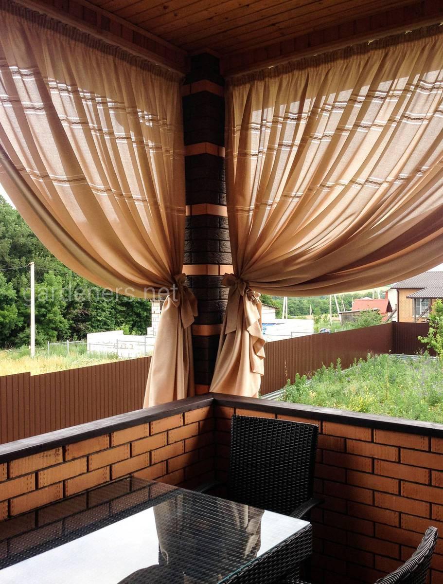 Тканевые шторы на беседке