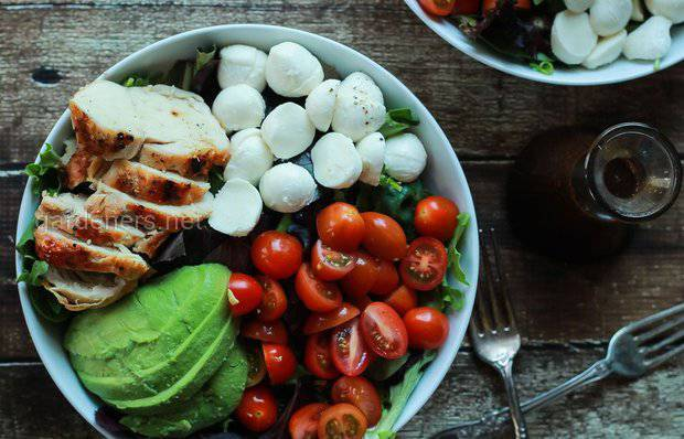 Салат с авокадо, курицей и капрезе