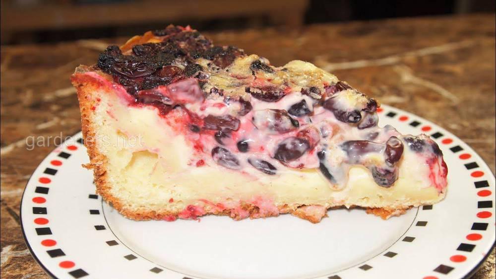 Пирог с начинкой из жимолости
