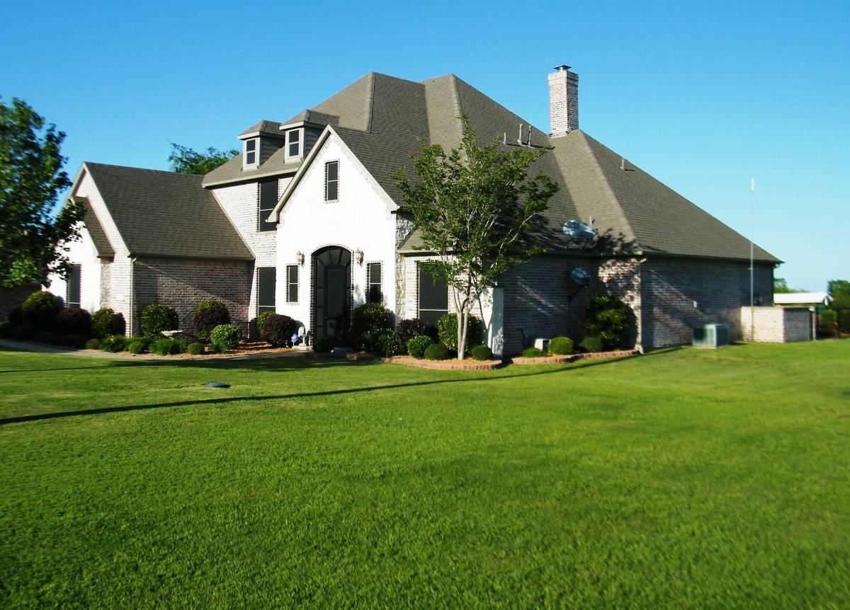 газон у дома