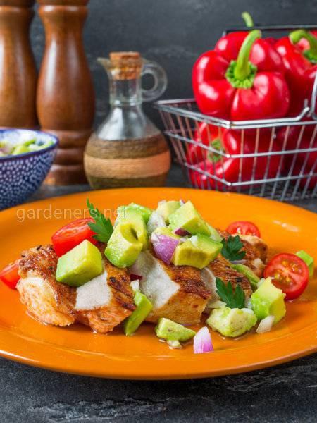 Курица с лаймом, кориандром и соусом Сальса из авокадо