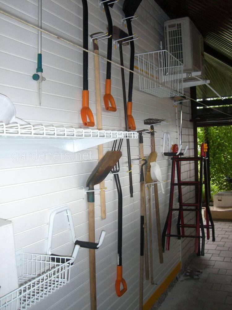 Спеціальні настінні тримачі для садових інструментів
