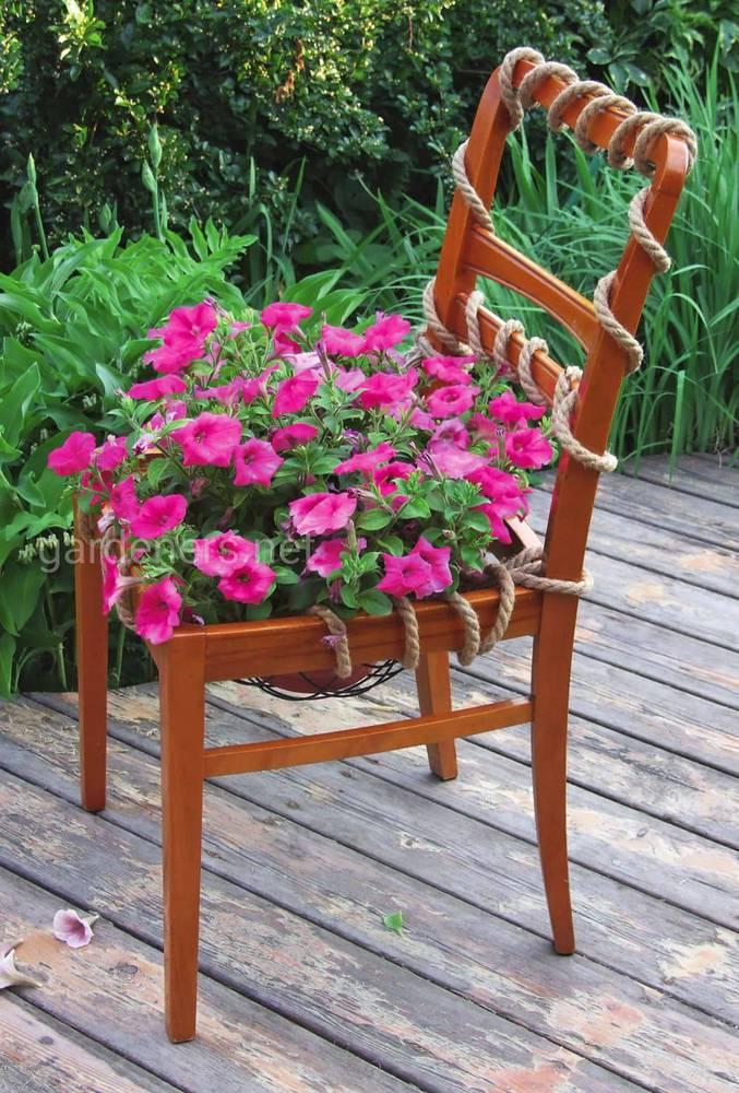 Старая мебель в саду