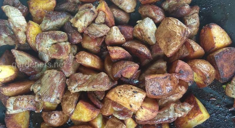 Картошка с мясом жаренная на костре