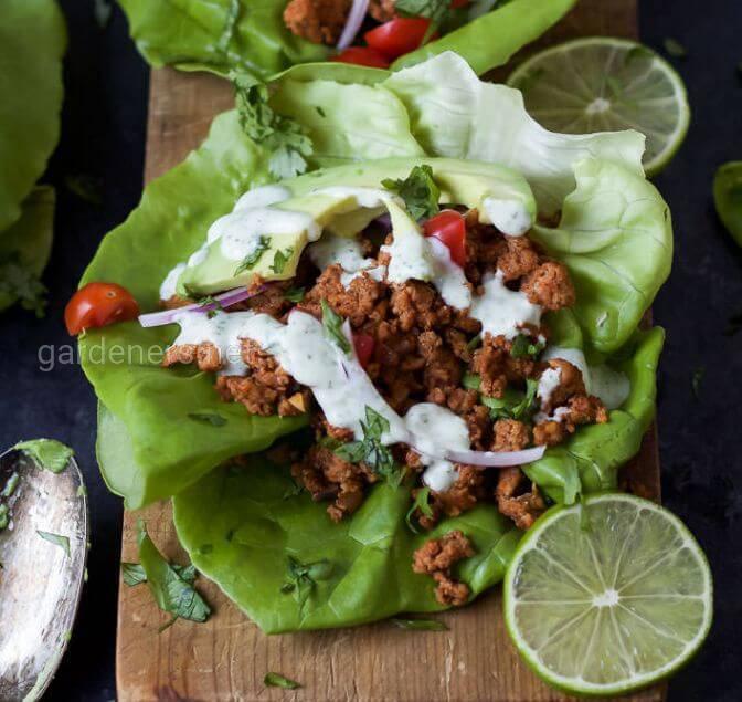 Тако з індички у листі салату з лаймовим соусом
