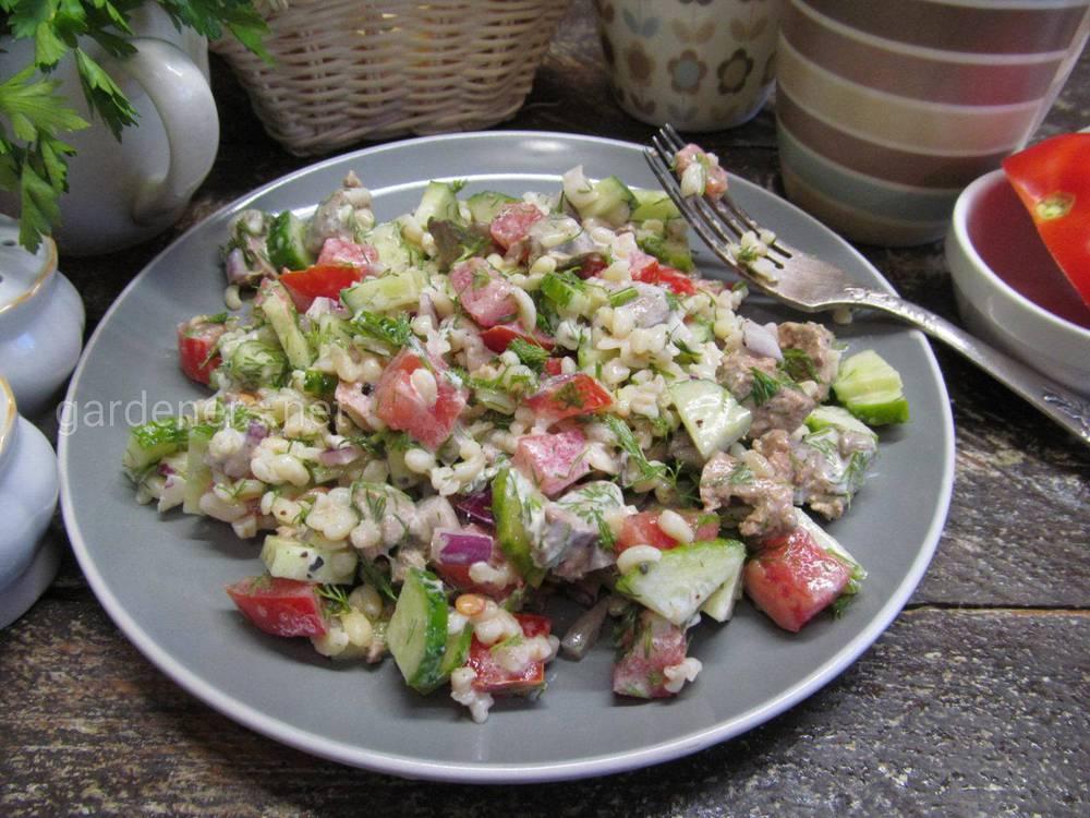 Літній салат з печінкою курки і булгуром