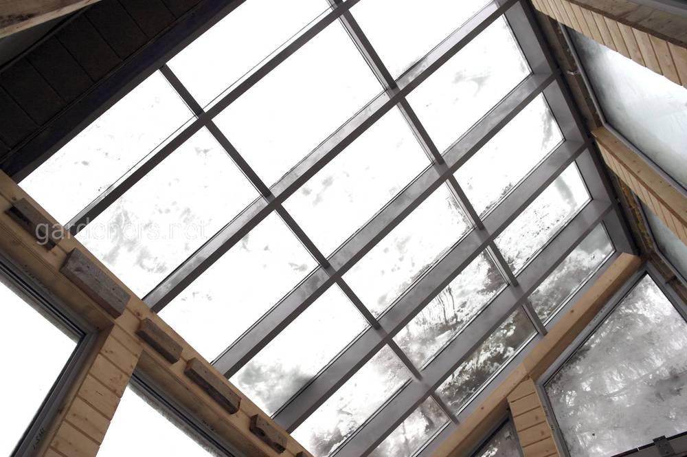 На плоской крыше можно разместить так называемый световой (зенитный) фонарь.