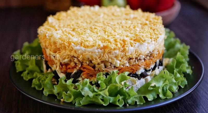 Святковий курячий салат з чорносливом. Рецепт