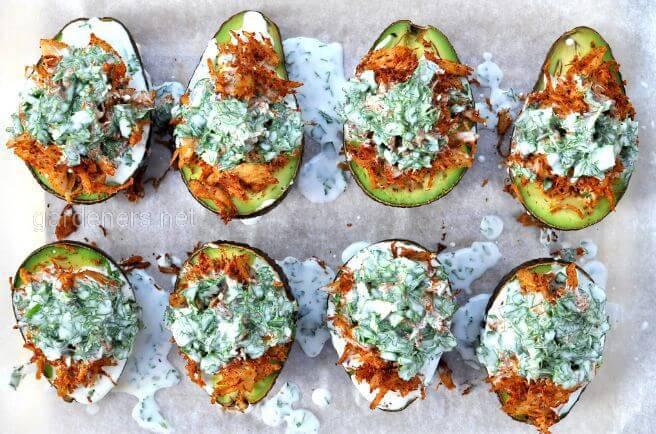Половинки авокадо з коріандром та кокосовим соусом