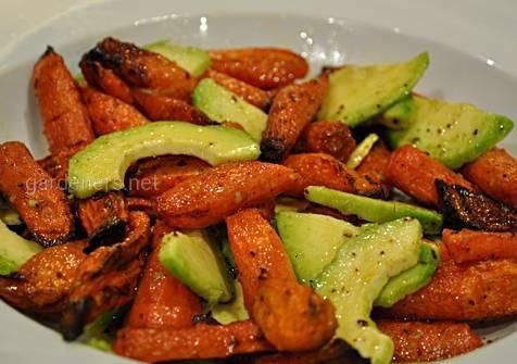 Салат из авокадо с жареной морковью
