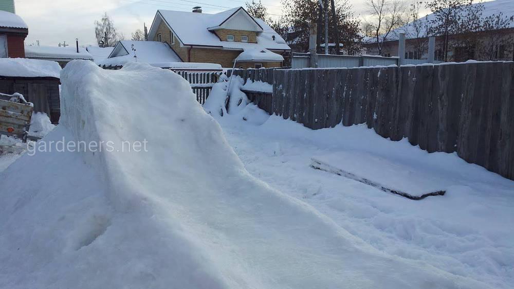 Строим горку из снега