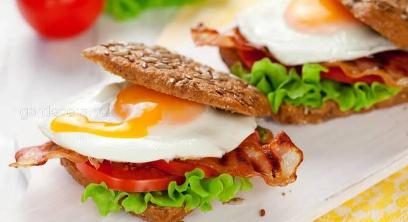 Сэндвич с яичницей, беконом и сыром. Рецепт
