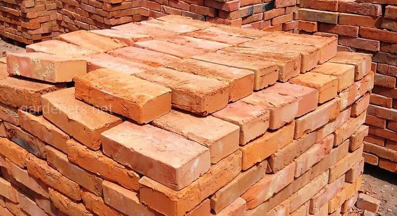 Особенности хранения кирпича, древесины и бетонных блоков и других стройматериалов на даче в зимний период