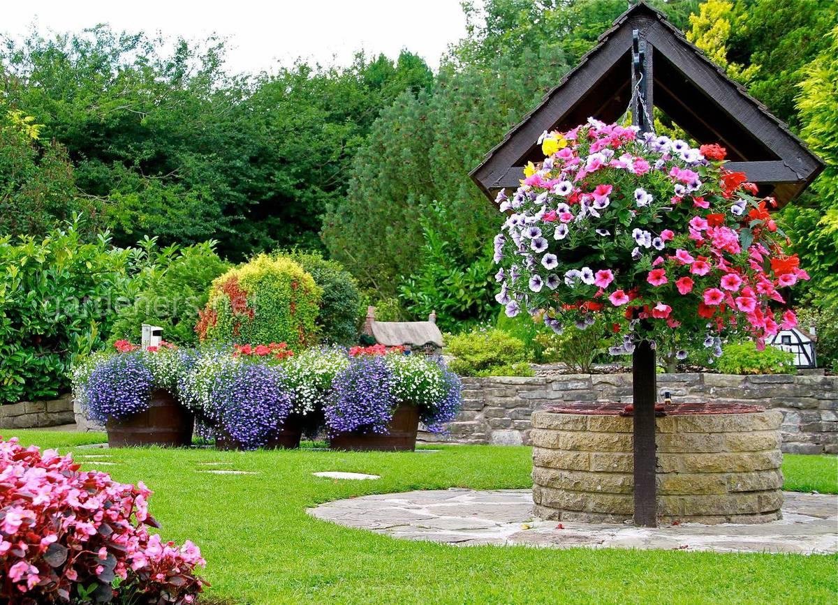 Декорирование колодца цветами