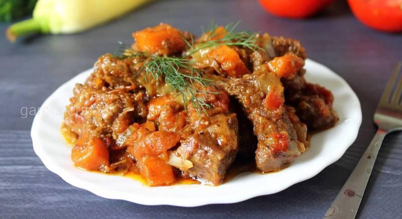 Говядина, тушеная с морковью и луком