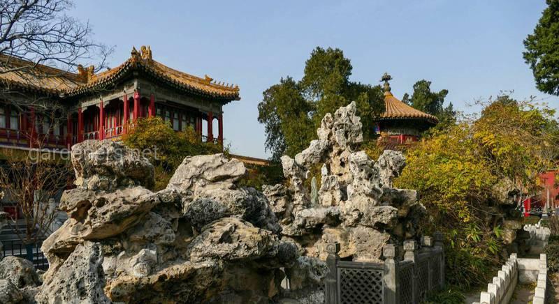 За декоративными скалами угол «Дворца Императорского Мира»