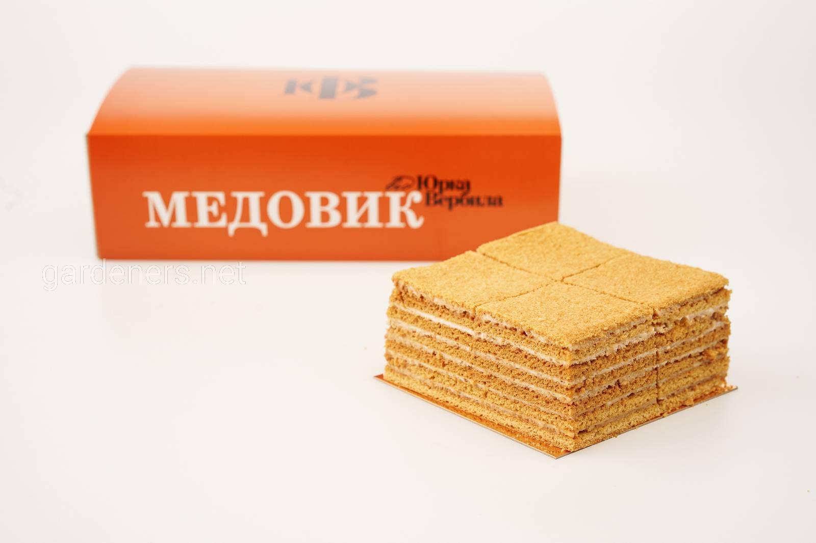 """Традиційний торт """"Медовик"""" із сметанним кремом"""