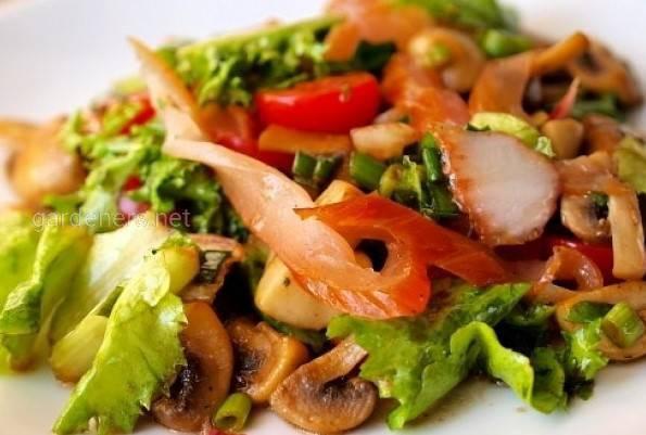 Красочный овощной салат с копчёной курицей