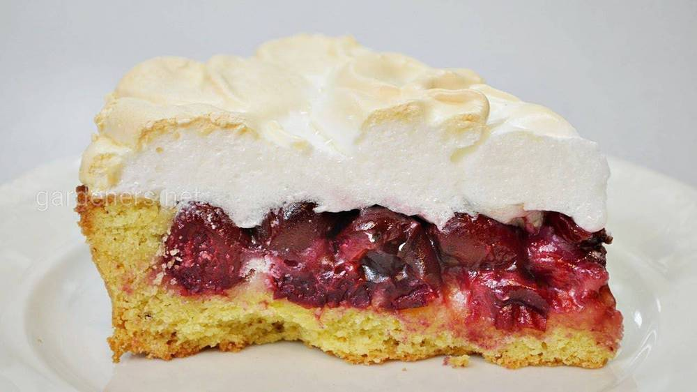 Пиріг із безе та черешнею