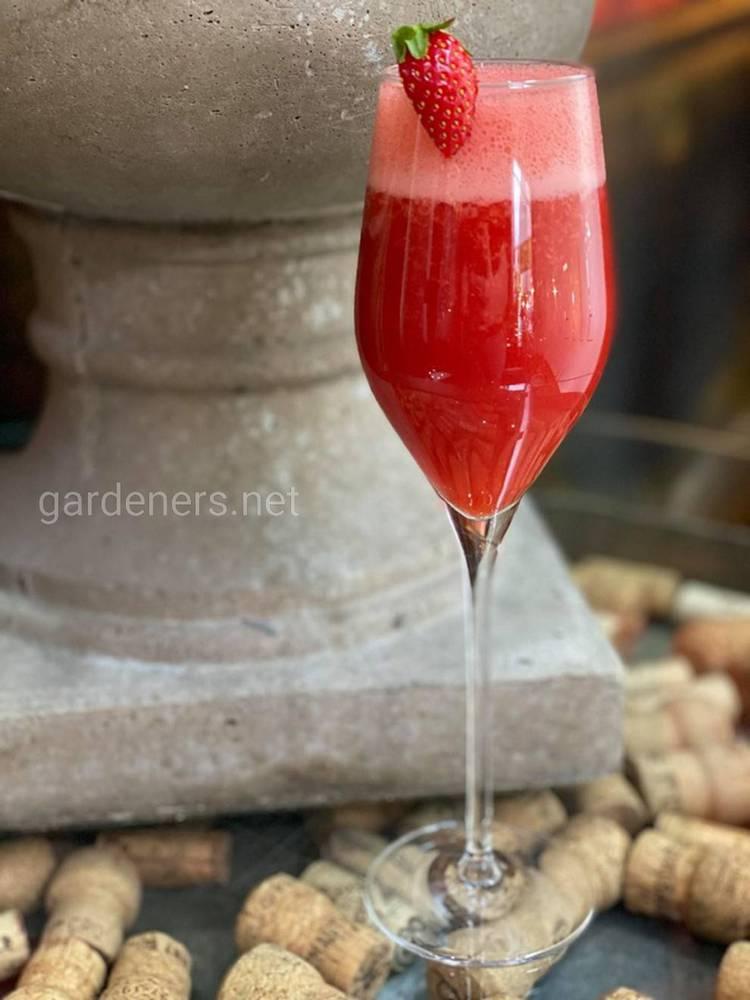 Полуничне шампанське