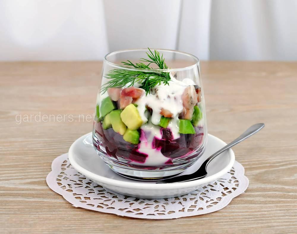 Салат со свеклой, авокадо и сельдью